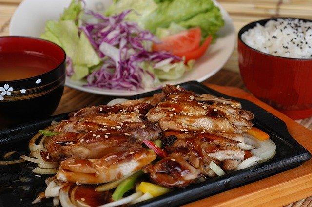 味噌汁とサラダと白いご飯と野菜炒め
