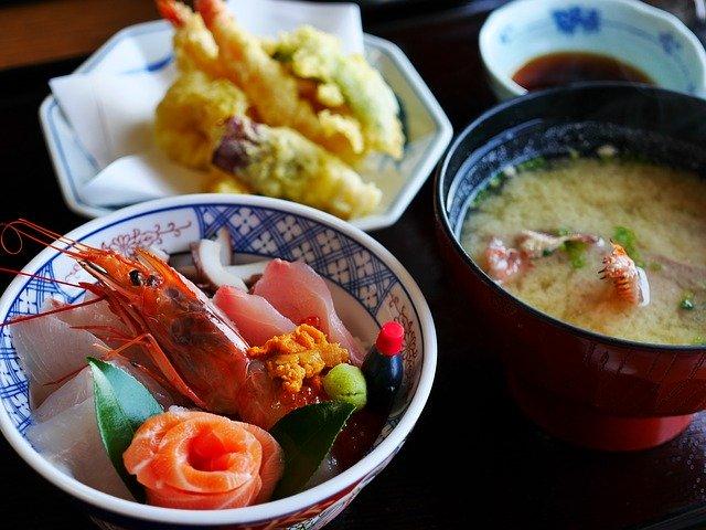 味噌汁と天ぷらと刺身